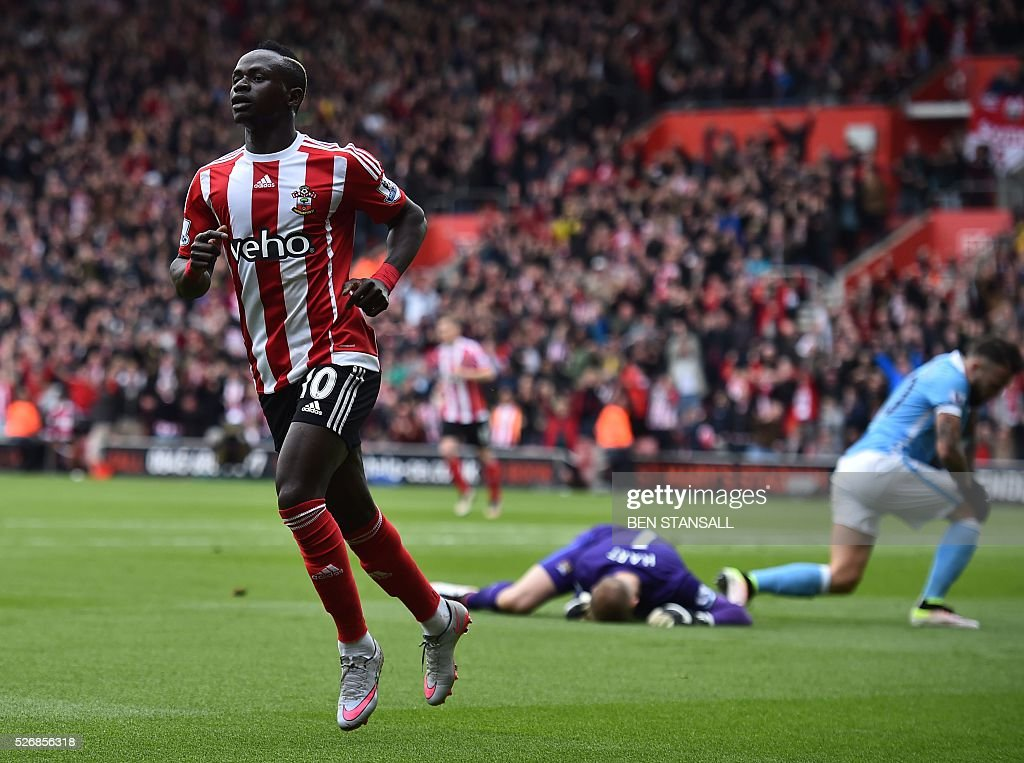 Southampton's Senegalese midfielder Sadio Mane (L) celebrates after scoring past Manchester City's English goalkeeper Joe Hart (C) during the English Premier League football match between Southampton and Manchester City at St Mary's Stadium in Southampton, southern England on May 1, 2016. / AFP / BEN STANSALL / RESTRICTED TO EDITORIAL USE. No use with unauthorized audio, video, data, fixture lists, club/league logos or 'live' services. Online in-match use limited to 75 images, no video emulation. No use in betting, games or single club/league/player publications. /