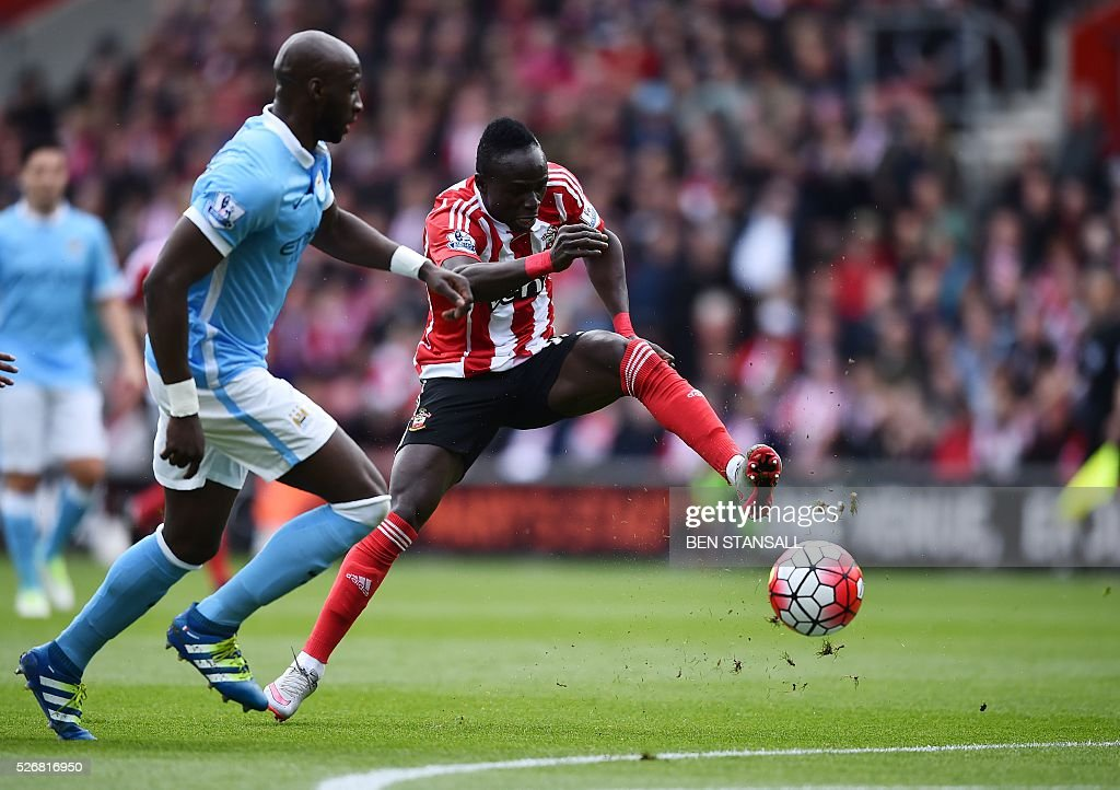 Southampton's Senegalese midfielder Sadio Mane (R) controls the ball during the English Premier League football match between Southampton and Manchester City at St Mary's Stadium in Southampton, southern England on May 1, 2016. / AFP / BEN STANSALL / RESTRICTED TO EDITORIAL USE. No use with unauthorized audio, video, data, fixture lists, club/league logos or 'live' services. Online in-match use limited to 75 images, no video emulation. No use in betting, games or single club/league/player publications. /