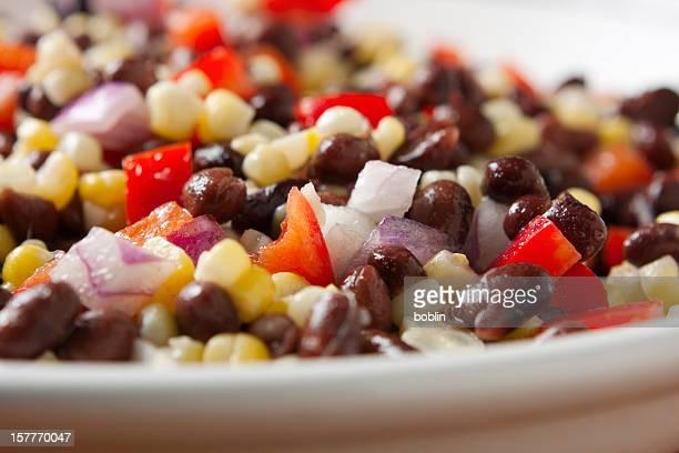 南西部の料理に欠かせない黒豆とトウモロコシのサラダ