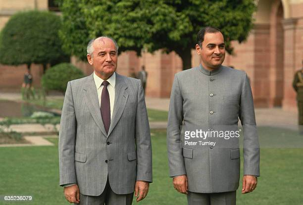 Soviet leader Mikhail Gorbachev and Indian Prime Minister Rajiv Gandhi pose together in a New Delhi courtyard
