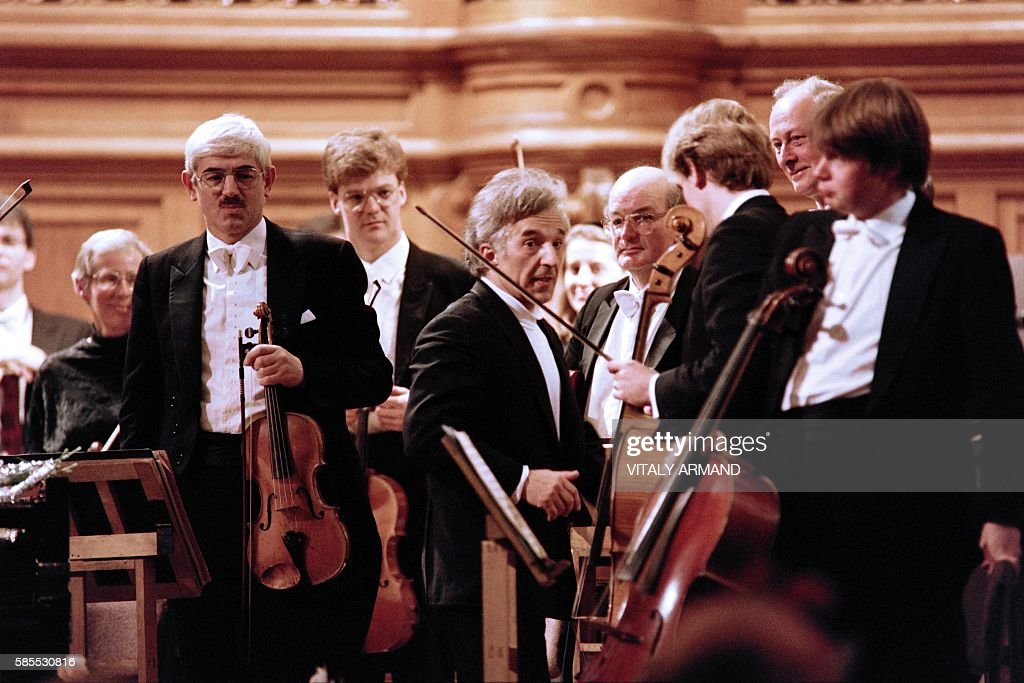 Sovietborn British conductor Vladimir Ashkenazy talks with artists of his Royal Philarmonic orchestra prior to perform on November 11 1989 in Moscow...