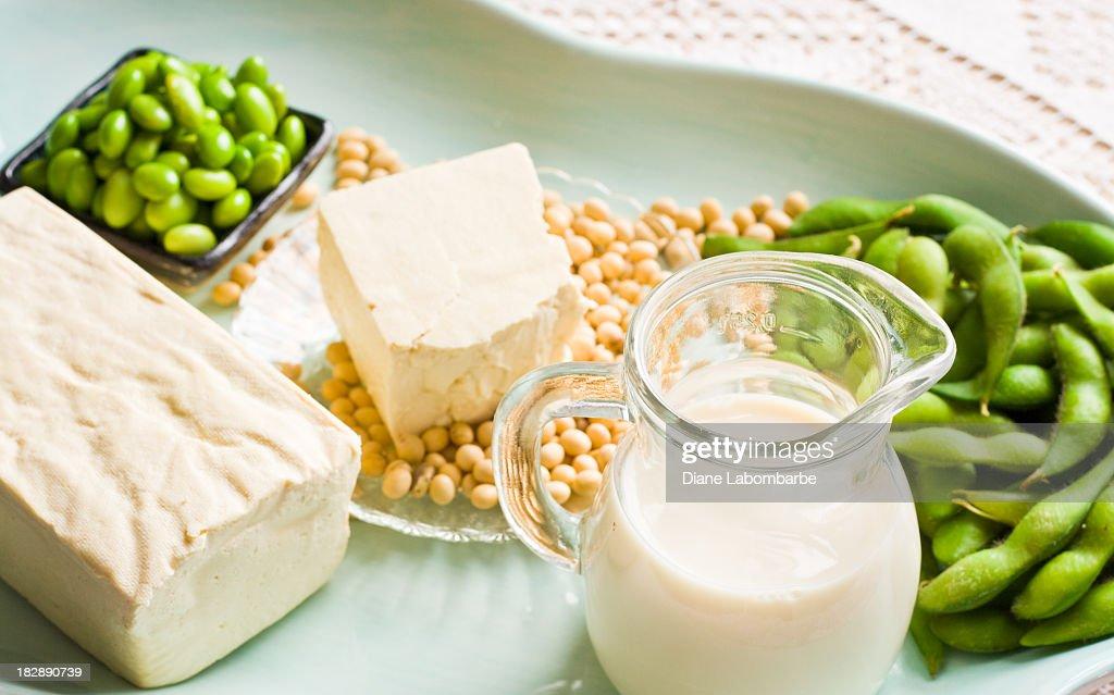Latte di soia e soia prodotti disposte su un vassoio di acqua : Foto stock