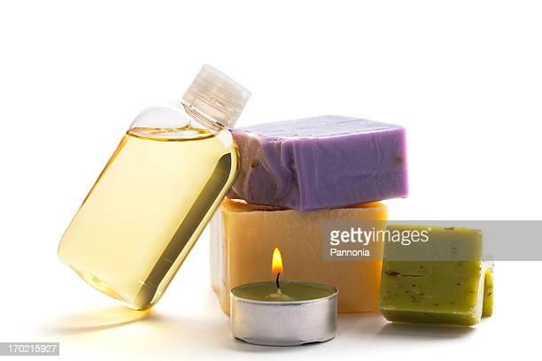 Spa-Konzept mit Seifen, Kerzen, Massageöl