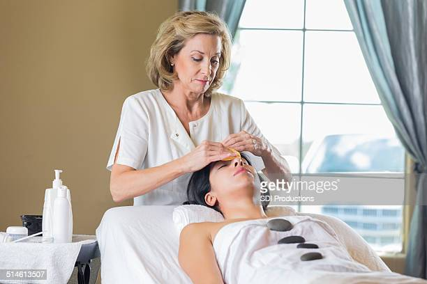 Spa Cliente receber a frio e de pedra Tratamento facial esthetician