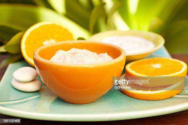 Salz-Peeling, Spa-Peeling mit Orangen und Creme auf dem Teller