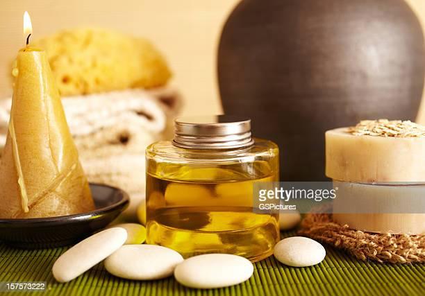 Spa-Stillleben von Massageöl und candel im Badezimmer