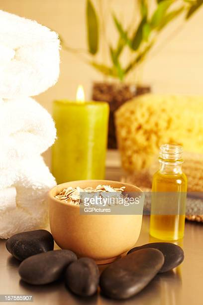 Spa-Stillleben mit Kerze, Kamille, ätherischen Ölen