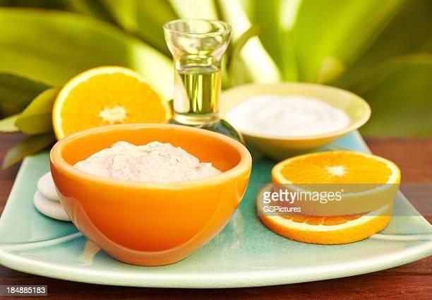 Spa-Stillleben mit Gesichtsmaske, Öl-massage, Orangen
