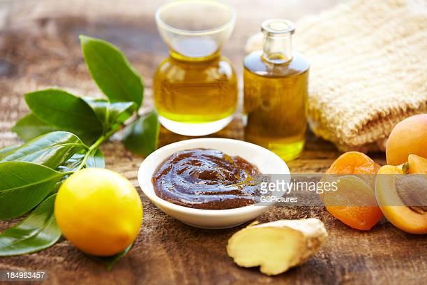 Spa-Stillleben mit Bio-Peeling, massage-Öl, Aprikosen, Ingwer
