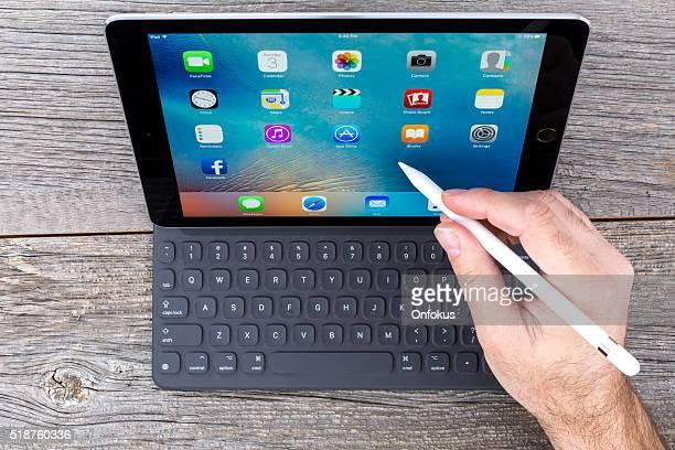 Spazio grigio iPad Pro isolato su legno e Smart tastiera