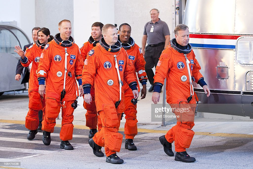 space shuttle discovery astronauts - photo #38