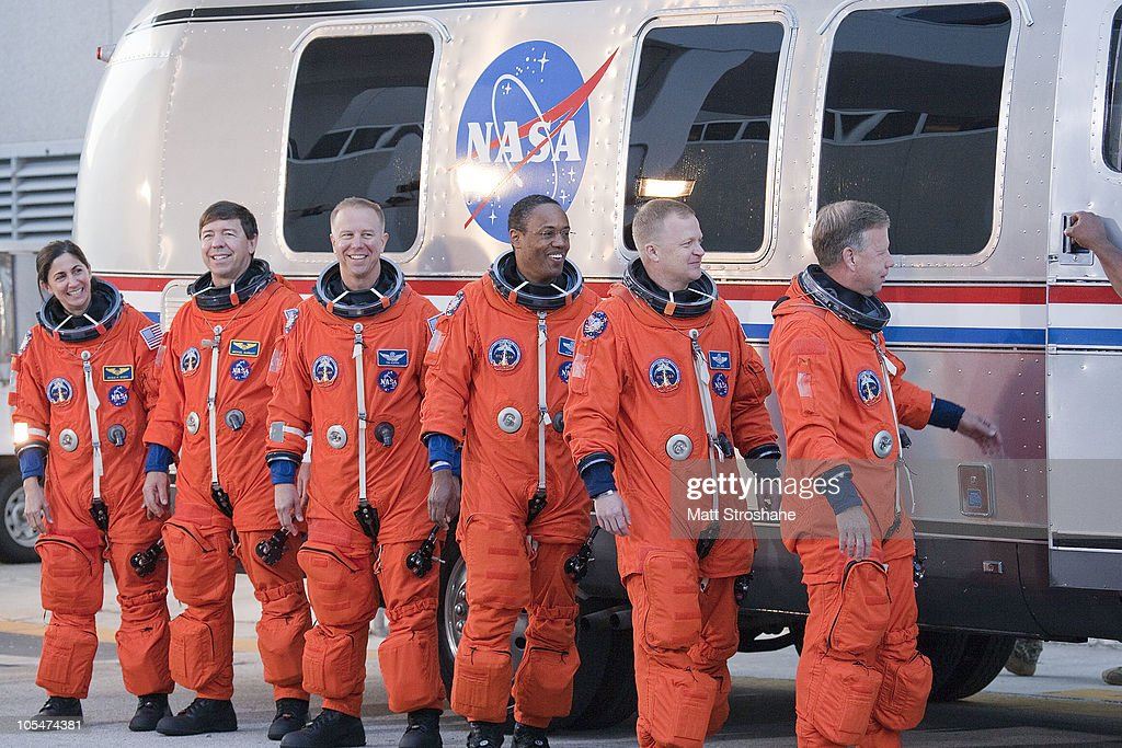 space shuttle discovery astronauts - photo #6