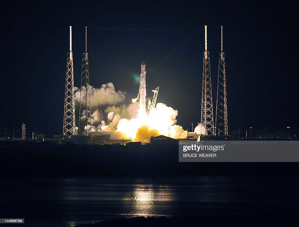 SpaceX's Falcon 9 rocket early May 22, 2012 as it heads for space carrying the company's Dragon spacecraft from pad 40 at Cape Canaveral, Florida. The Dragon capsule is scheduled to dock with the International Space Station in a few days. AFP PHOTO / Bruce Weaver