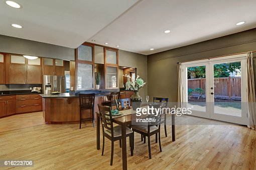 Spacious dining room with hardwood floor and exit to backyard : Stockfoto