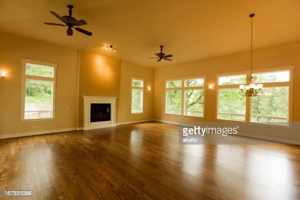 Espaçoso nova sala de estar vazio