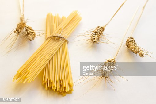 Spaghetti and spikelets wheat on white : Foto de stock