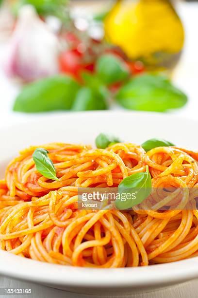 Spaghetti, tomato and basil