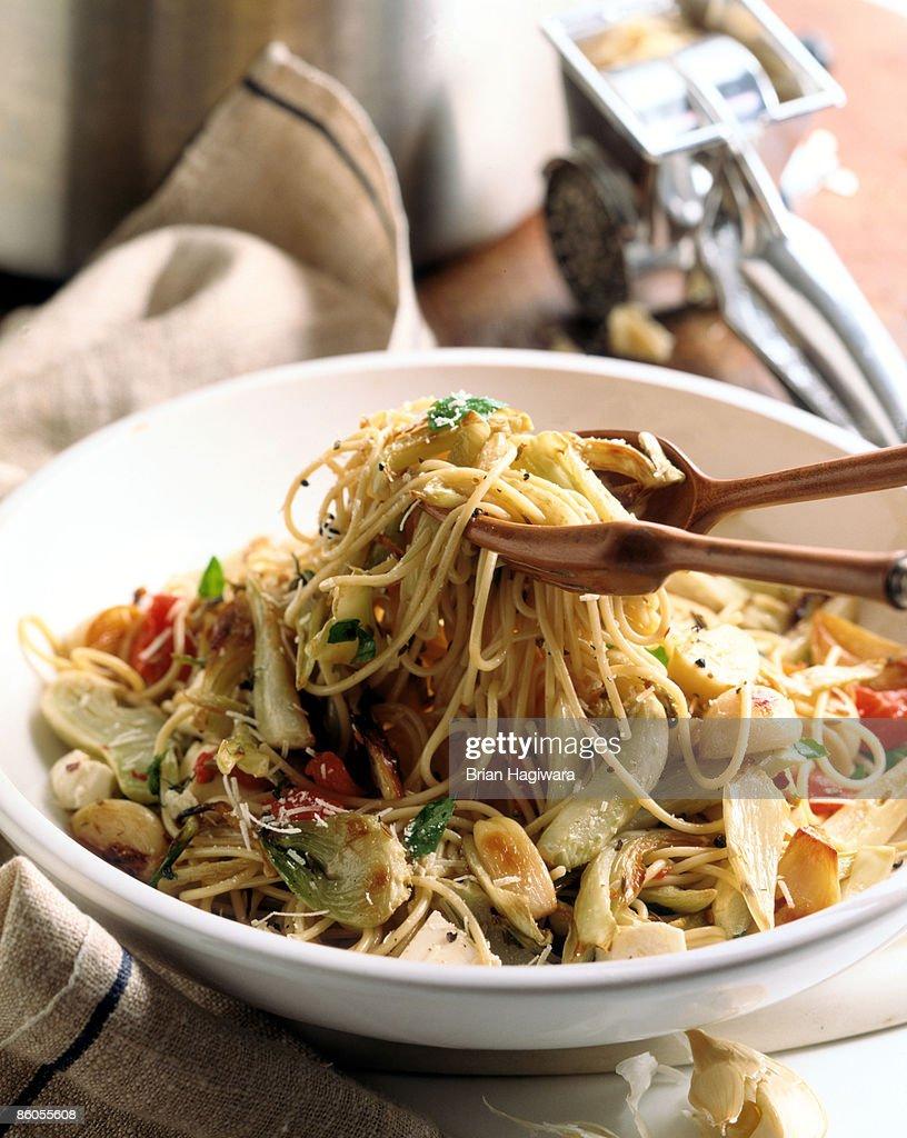 Spaghetti with garlic , fennel , and tomato