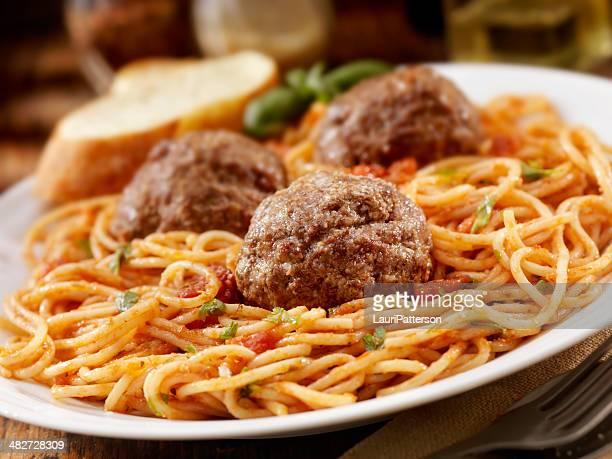 Spaghetti con polpette di grandi dimensioni