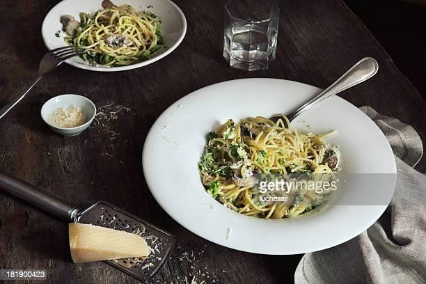 Spaghetti con champiñones, queso y broccoli