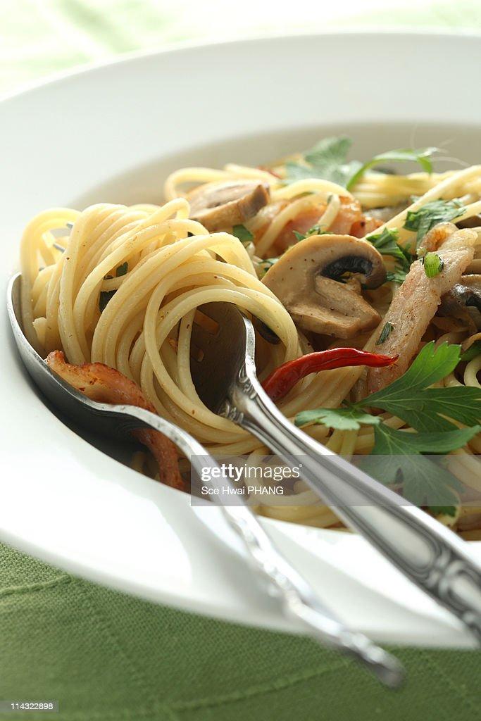 Spaghettini aglio Olio w bacon & button mushroom : Stock Photo