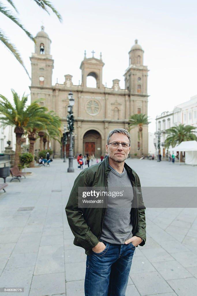 Spain, Canary Islands, Gran Canaria, Las Palmas, man in front of Catedral de Santa Ana