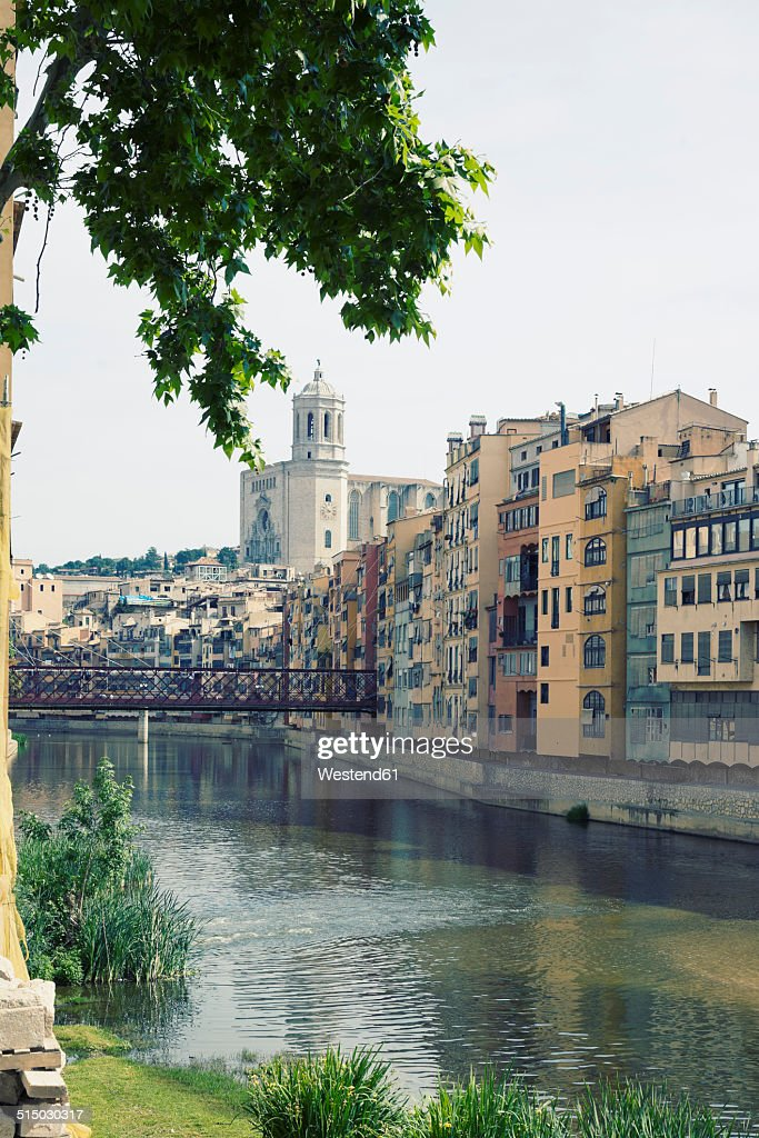 Spain, Catalonia, Girona Province, View on the Onyar river and the row of houses in Girona