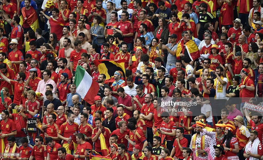 Spain fans cheer ahead of the Euro 2016 round of 16 football match between Italy and Spain at the Stade de France stadium in Saint-Denis, near Paris, on June 27, 2016. / AFP / PHILIPPE