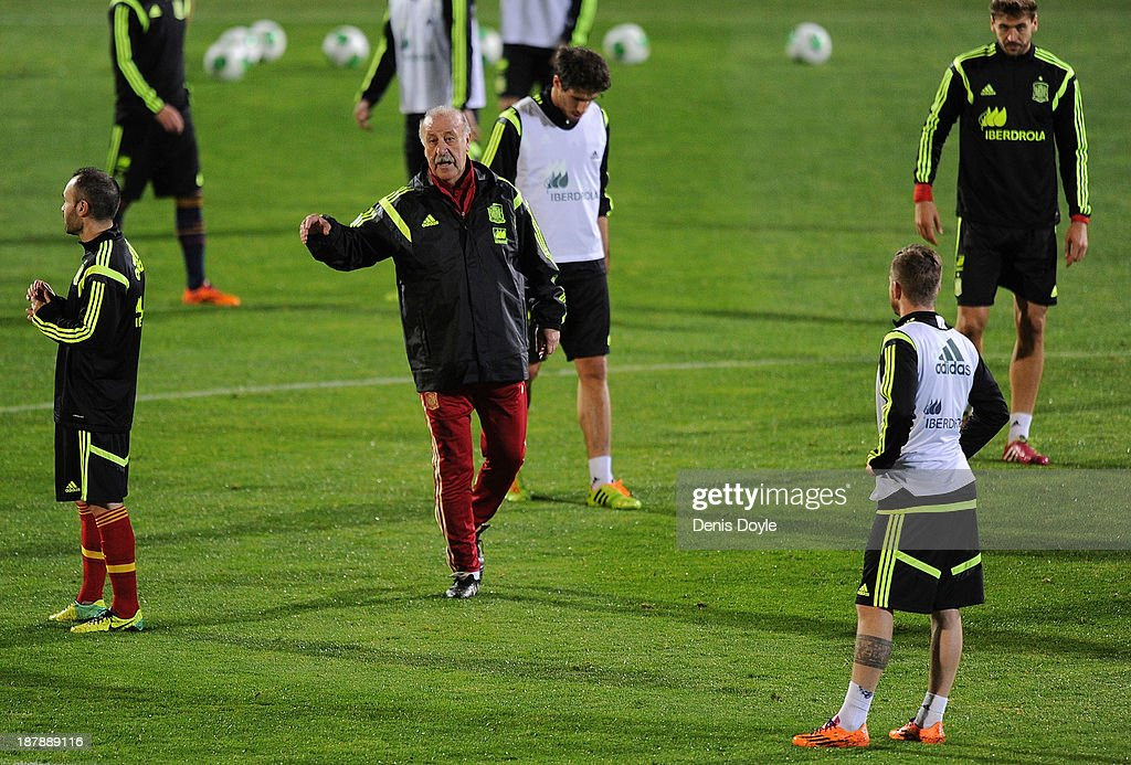 Spain head coach Vicente del Bosque (C) instructs players during a training session ahead of their international friendly against Equatorial Guinea on November 13, 2013 in Las Rozas, Spain.