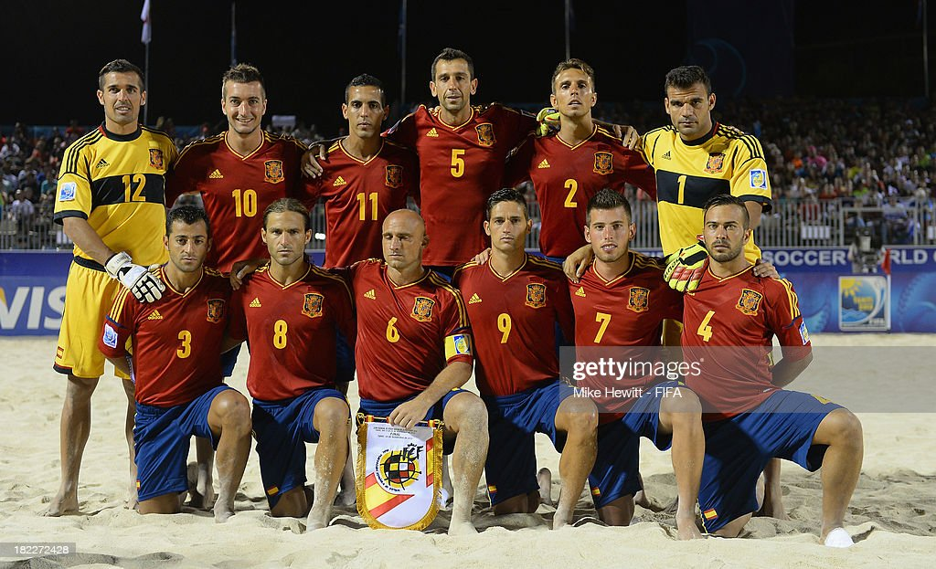 Spain lines up for a team photo during the FIFA Beach Soccer World Cup Tahiti 2013 Final between Spain and Russiai at the Tahua To'ata Stadium on September 28, 2013 in Papeete, French Polynesia.