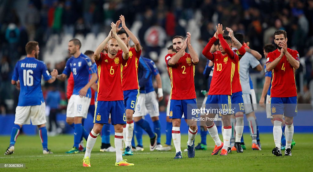 Spain players greet fans at the end of the Fifa World Cup... : News Photo
