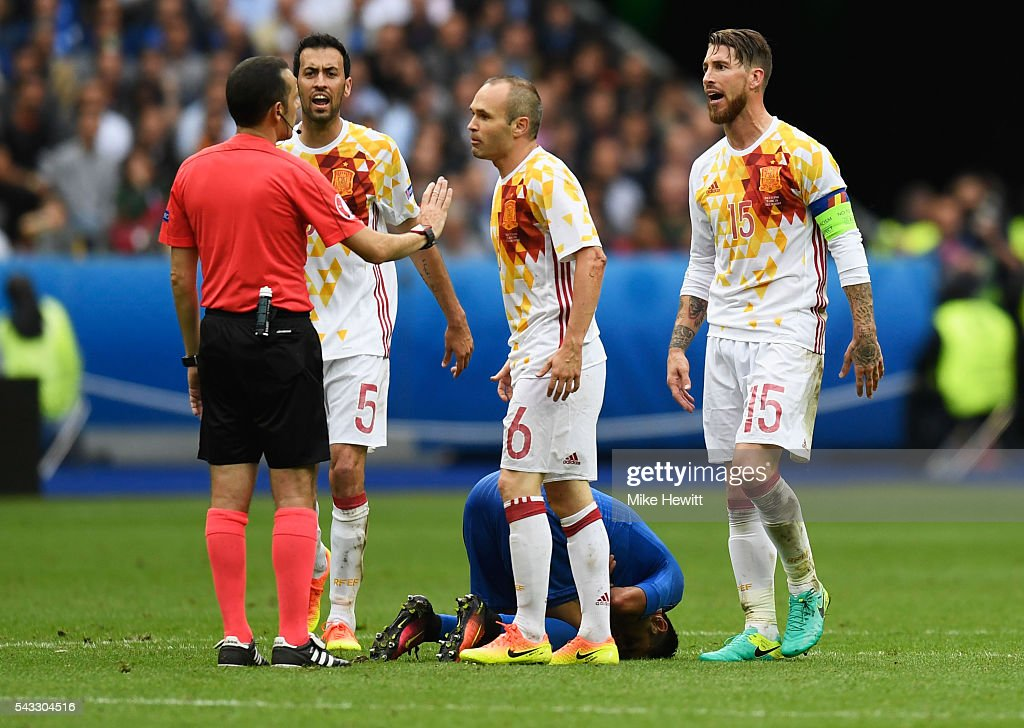 Spain players protest to referee Cuneyt Cakir during the UEFA EURO 2016 round of 16 match between Italy and Spain at Stade de France on June 27, 2016 in Paris, France.