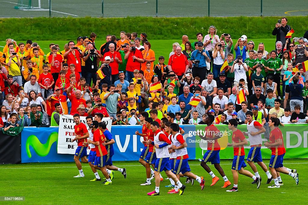 Spain players warm up during a training session on May 27, 2016 in Schruns, Austria.