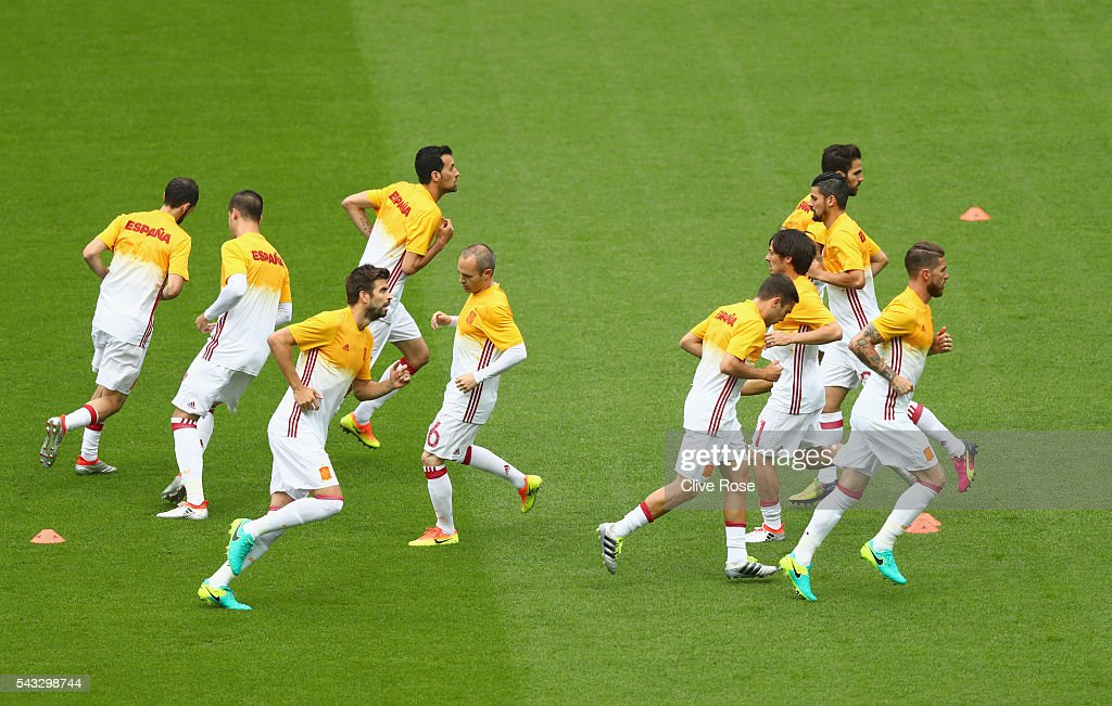 Spain players warm up prior to the UEFA EURO 2016 round of 16 match between Italy and Spain at Stade de France on June 27, 2016 in Paris, France.