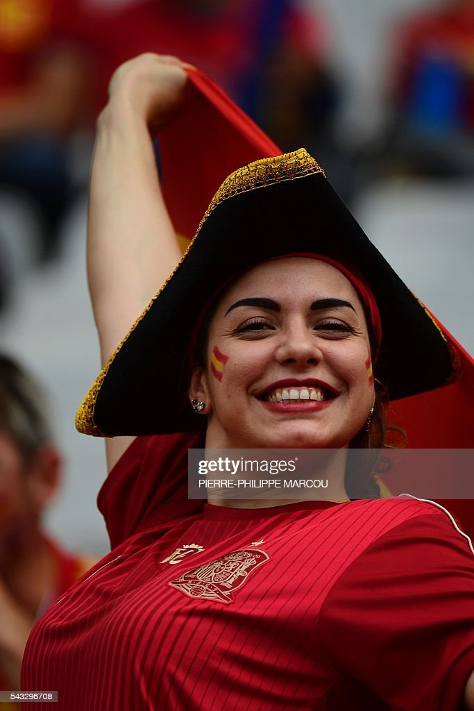 A Spain supporter poses ahead the Euro 2016 round of 16 football match between Italy and Spain at the Stade de France stadium in Saint-Denis, near Paris, on June 27, 2016. / AFP / PIERRE
