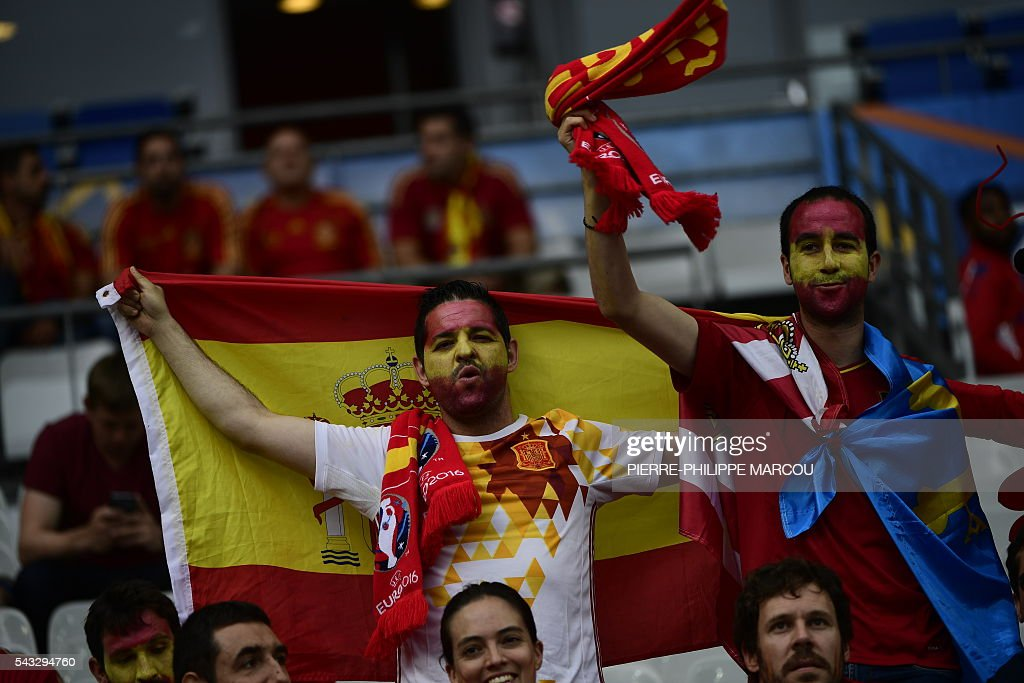 Spain supporters pose ahead the Euro 2016 round of 16 football match between Italy and Spain at the Stade de France stadium in Saint-Denis, near Paris, on June 27, 2016. / AFP / PIERRE