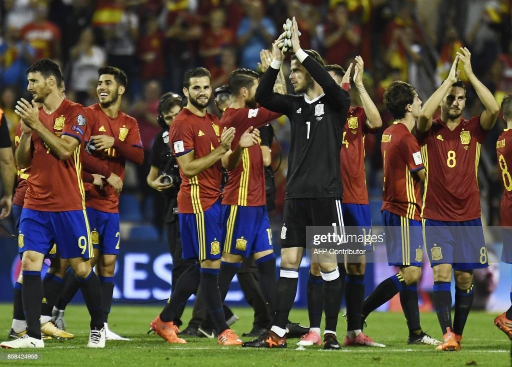 Spain team applaud at the end of the World Cup 2018 qualifier football match Spain vs Albania at the Jose Rico Perez stadium in Alicante on October 6, 2017. /