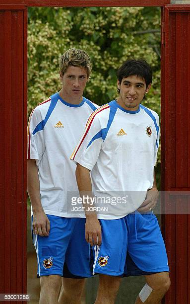 Spainish national football team players Vicente Rodriguez and Fernando Torres are seen during a training session in Valencia 31 May 2005 AFP...
