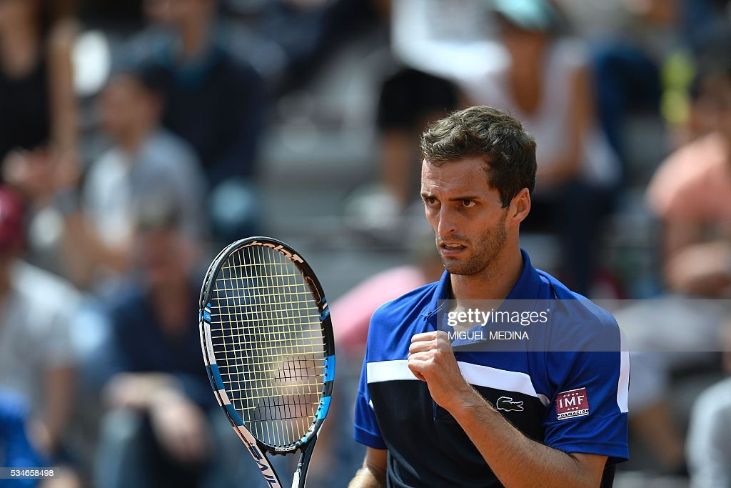 Spain's Albert Ramos reacts after winning a point during his men's third round match against the US's Jack Sock at the Roland Garros 2016 French Tennis Open in Paris on May 27, 2016. / AFP / MIGUEL