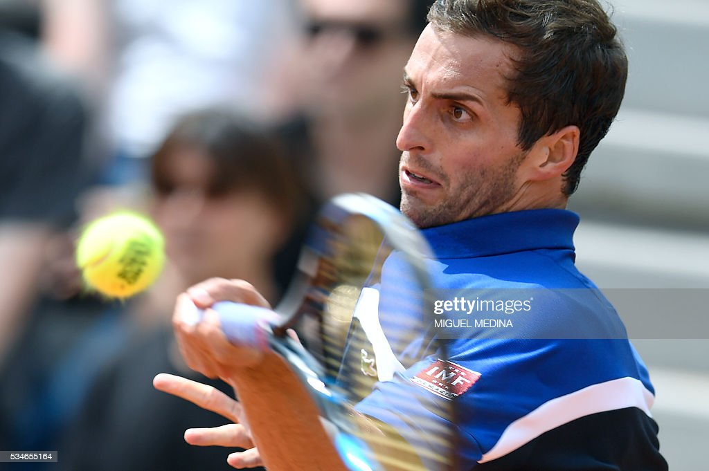 Spain's Albert Ramos returns the ball to the US's Jack Sock during their men's third round match at the Roland Garros 2016 French Tennis Open in Paris on May 27, 2016. / AFP / MIGUEL