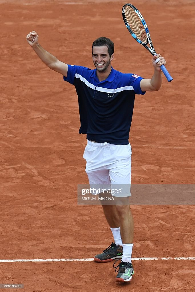 Spain's Albert Ramos-Vinolas celebrates after beating Canada's Milos Raonic during his men's fourth round match at the Roland Garros 2016 French Tennis Open in Paris on May 29, 2016. / AFP / MIGUEL