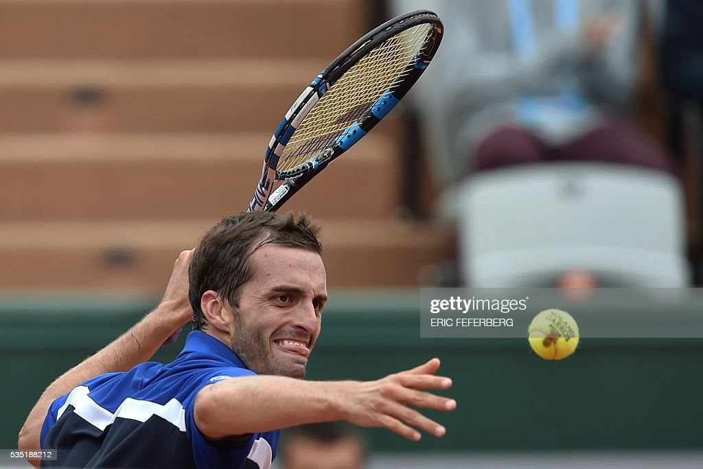 Spain's Albert Ramos-Vinolas celebrates after beating Canada's Milos Raonic during his men's fourth round match at the Roland Garros 2016 French Tennis Open in Paris on May 29, 2016. / AFP / Eric FEFERBERG