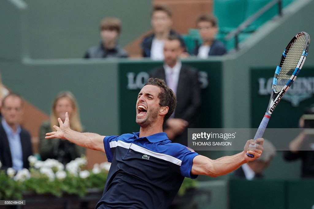Spain's Albert Ramos-Vinolas celebrates after beating Canada's Milos Raonic during their men's fourth round match at the Roland Garros 2016 French Tennis Open in Paris on May 29, 2016. / AFP / Thomas SAMSON