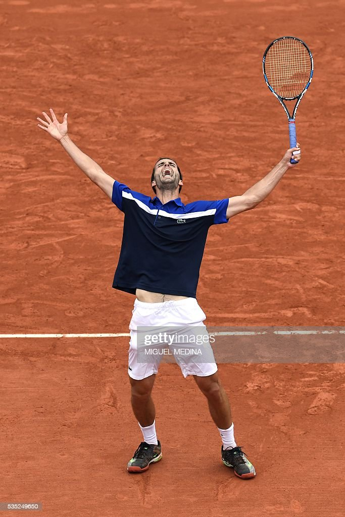 Spain's Albert Ramos-Vinolas celebrates after beating Canada's Milos Raonic during their men's fourth round match at the Roland Garros 2016 French Tennis Open in Paris on May 29, 2016. / AFP / MIGUEL