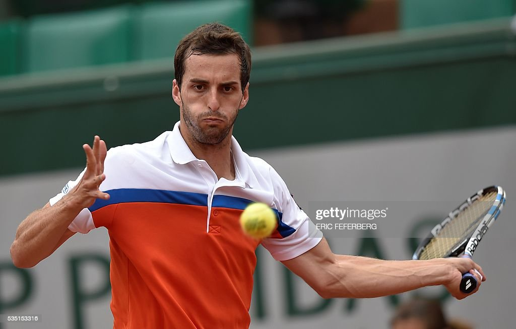 Spain's Albert Ramos-Vinolas returns the ball to Canada's Milos Raonic during their men's third round match at the Roland Garros 2016 French Tennis Open in Paris on May 28, 2016. / AFP / Eric FEFERBERG