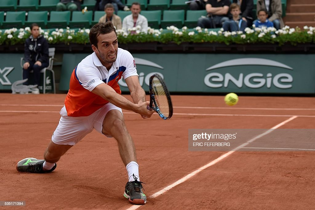 Spain's Albert Ramos-Vinolas returns the ball to Canada's Milos Raonic during their men's fourth round match at the Roland Garros 2016 French Tennis Open in Paris on May 29, 2016. / AFP / Eric FEFERBERG