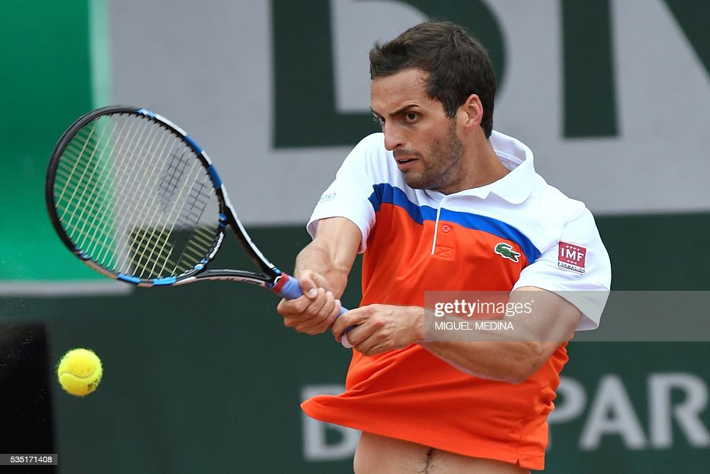 Spain's Albert Ramos-Vinolas returns the ball to Canada's Milos Raonic during their men's fourth round match at the Roland Garros 2016 French Tennis Open in Paris on May 29, 2016. / AFP / MIGUEL