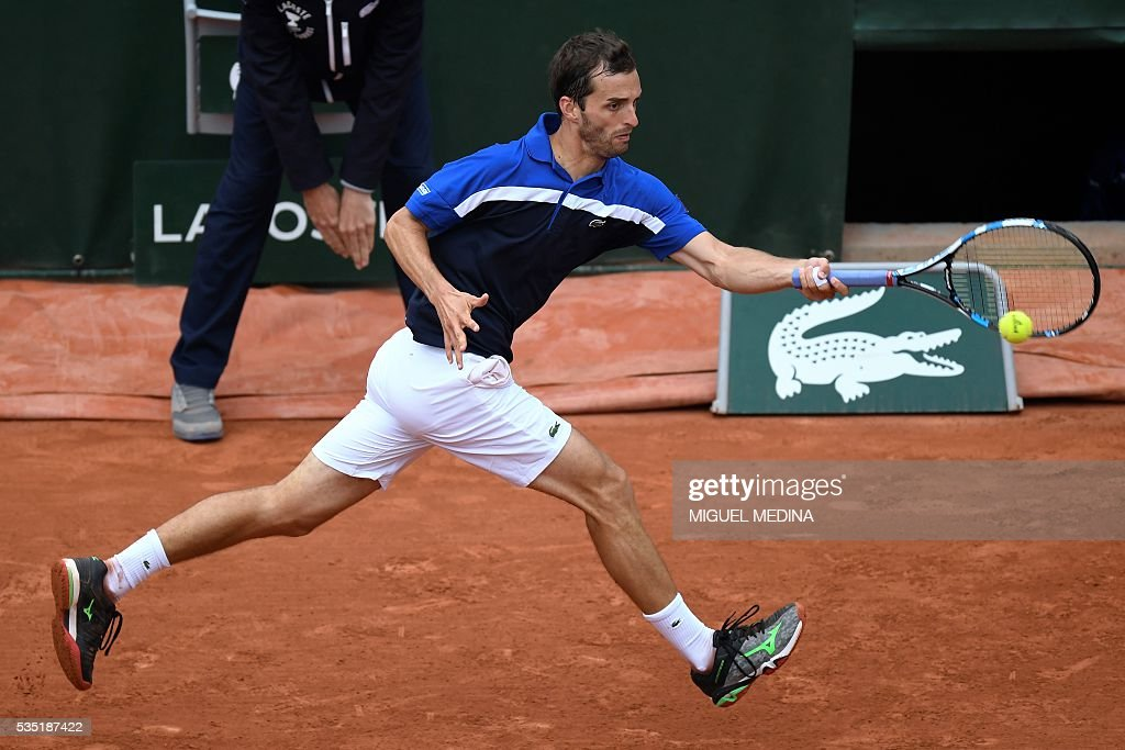 Spain's Albert Ramos-Vinolas returns the ball to Canada's Milos Raonic during his men's fourth round match at the Roland Garros 2016 French Tennis Open in Paris on May 29, 2016. / AFP / MIGUEL