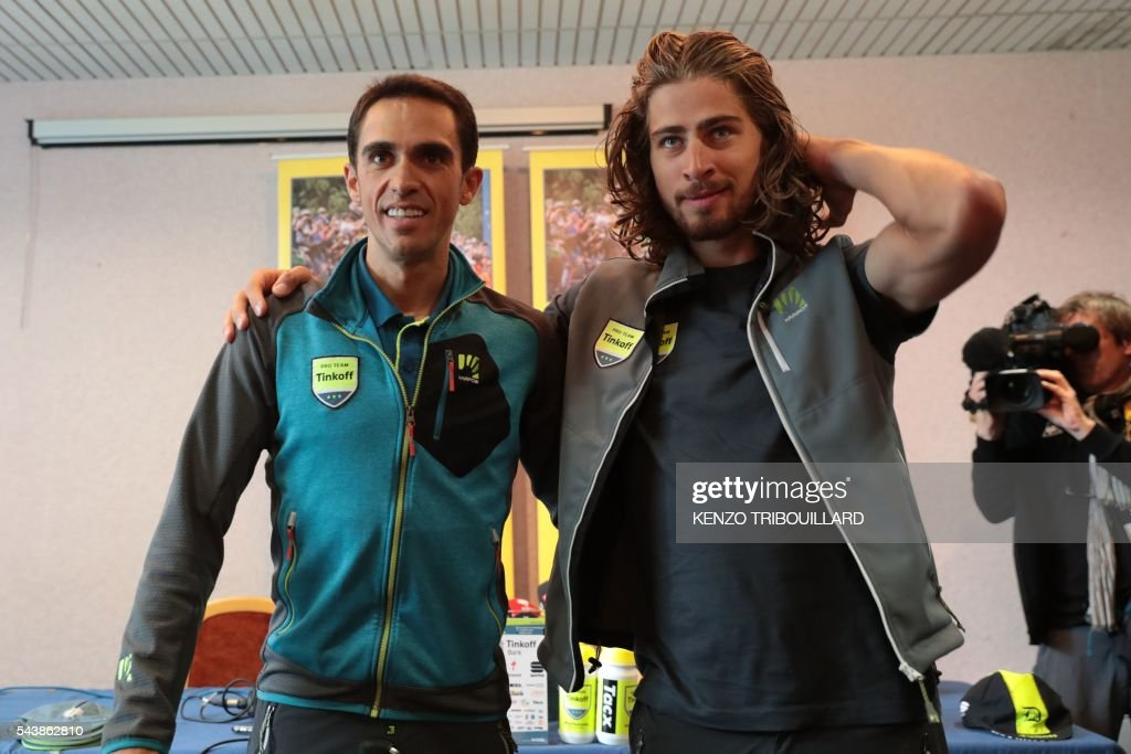 Spain's Alberto Contador (L) and Slovakia's Peter Sagan pose during a press conference of the Russia's Tinkoff cycling team in Coutances, Normandy, on July 30, 2016, two days before the start of the 103rd edition of the Tour de France cycling race. The 2016 Tour de France will start on July 2 in the streets of Le Mont-Saint-Michel and ends on July 24, 2016 down the Champs-Elysees in Paris. / AFP / KENZO
