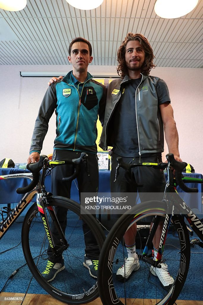 Spain's Alberto Contador (L) and Slovakia's Peter Sagan pose with their bikes during a press conference of the Russia's Tinkoff cycling team in Coutances, Normandy, on July 30, 2016, two days before the start of the 103rd edition of the Tour de France cycling race. The 2016 Tour de France will start on July 2 in the streets of Le Mont-Saint-Michel and ends on July 24, 2016 down the Champs-Elysees in Paris. / AFP / KENZO